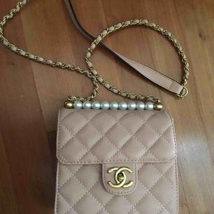 Chanel puder rosa med pärlor ser exakt ut som originalet