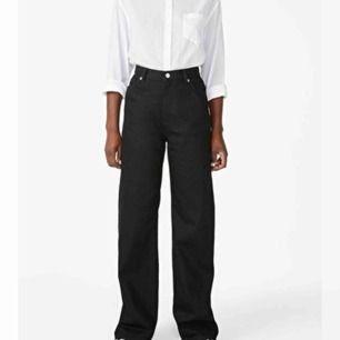 säljer så coola jeans med vida ben från Monki! köpta för 400, jättebra skick därav priset! använda 2 gånger. Storlek 25, skulle säga att det motsvarar XS-S. Säljer pga insåg att det inte var min stil.
