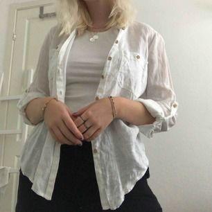 Den perfekta linneskjortan med träknappar. Dra den över en basic outfit som direkt blir lite roligare. 🌻Frakt tillkommer (63kr med spårning)🌻