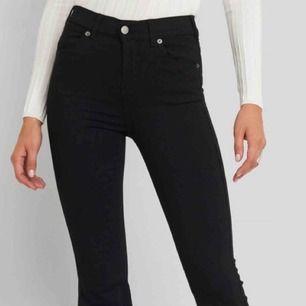 Säljer ett par dr. Denim bootcut jeans, i modellen Macy. Helt oanvända! ⚡️Skriv gärna till mig för fler bilder eller frågor.  Nypris 500 kr. 🤙🏼🤙🏼🥰⭐️