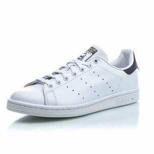Adidas Stan Smithskor med mörkblå detaljer. Fint slitna sneakers i storlek 38 och 2/3! Möter upp i Göteborg annars står köparen för frakt.
