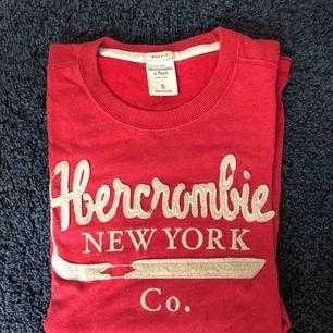 Super fin Abercrombie tröja köpte på deras egna butik i Köpenhamn. Skulle gissa att den kostade runt 600. Jag har tyvärr växt ur den. Den sitter riktigt bra på kroppen.