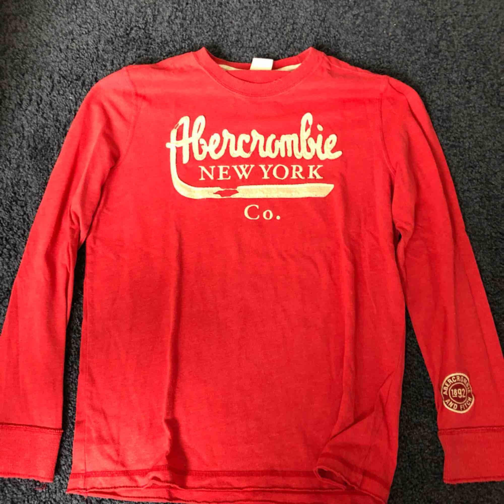 Super fin Abercrombie tröja köpte på deras egna butik i Köpenhamn. Skulle gissa att den kostade runt 600. Jag har tyvärr växt ur den. Den sitter riktigt bra på kroppen. . Tröjor & Koftor.