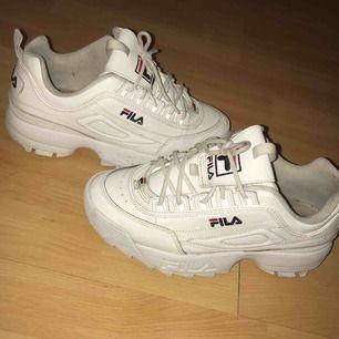 Säljer mina Fila Disrupor skor. Ord pris:1099kr Säljs flr 600kr. Bra skick säljs på grund av att de inte kommer till användning(: