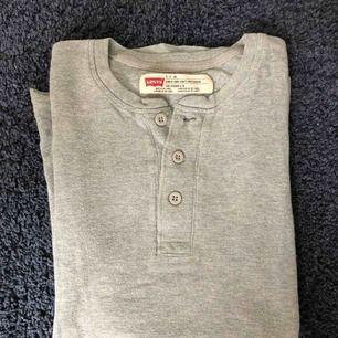 Riktigt snygg Levis tröja. Den sitter snyggt speciellt på axlar. Väldigt fint skick och är sällan använd tyvärr för den är väldigt snygg.