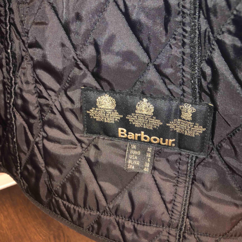 Barbour jacka i nyskick strl 36! Aldrig använt så därför jag säljer! Frakt tillkommer🖤. Jackor.