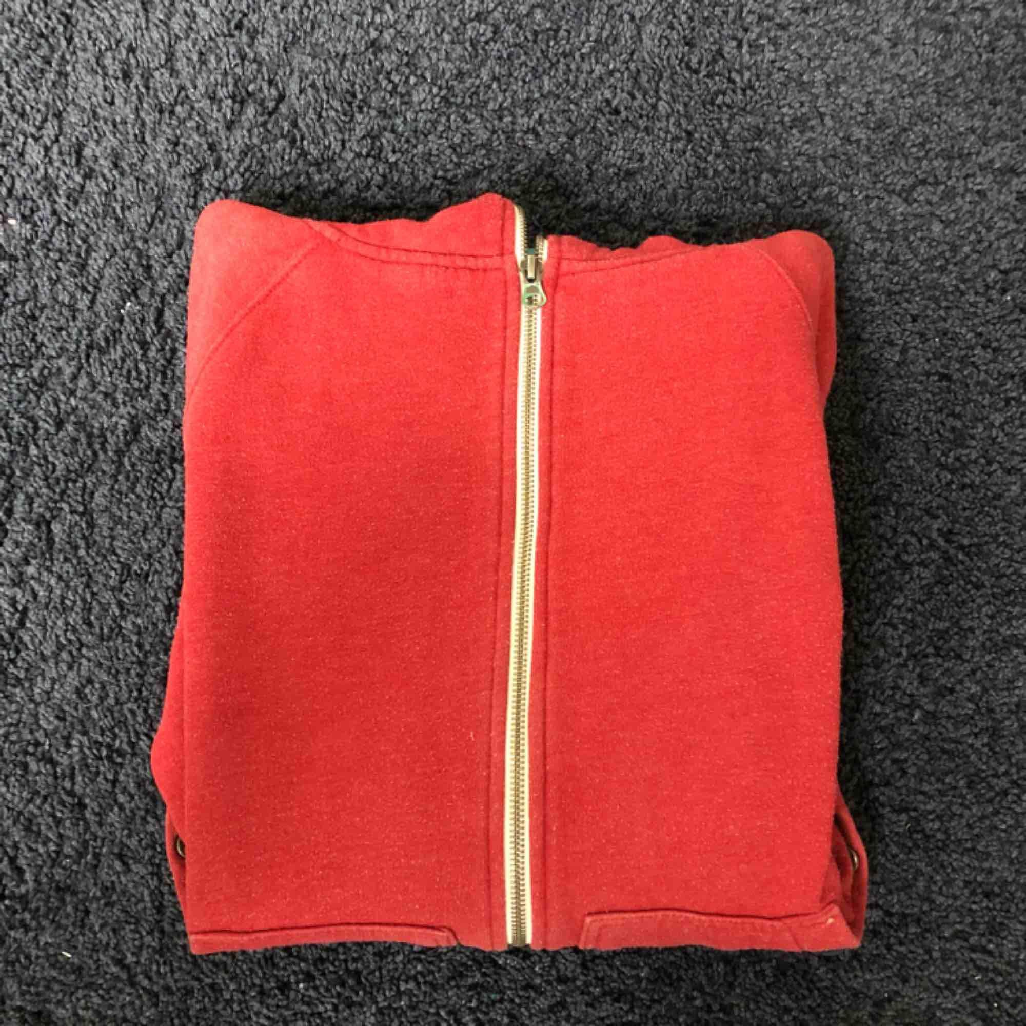 Warp hoodie. Dragkedjan dras väldigt högt upp vilket är väldigt skyggt. Den är precis som ny inga defekter eller liknande. . Tröjor & Koftor.