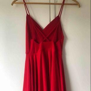 Snygg röd festklänning! Använd en gång. Passformen passar även storleken s.