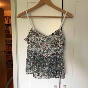 Jättefint linne från BikBok. Frakten ligger på 14:-