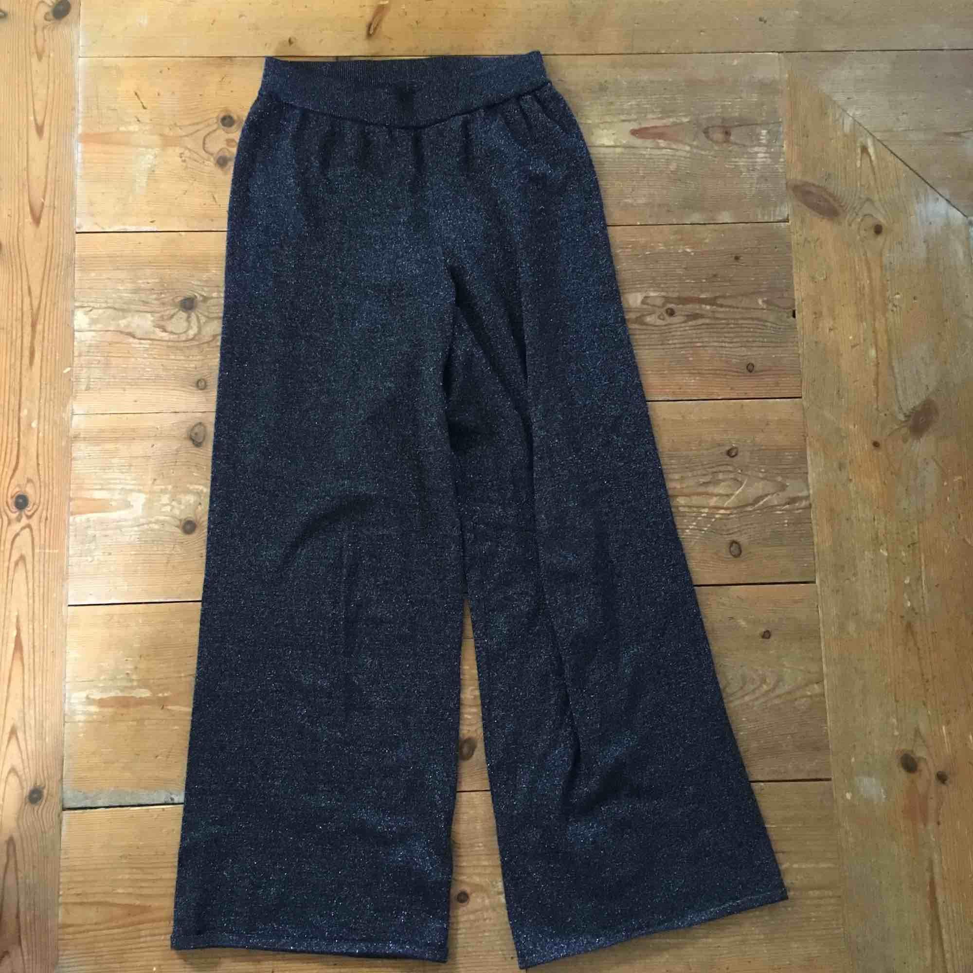 Jättesnygga glittriga byxor i jättefint skick! Passar även större storlekar då de är jättestretchiga, och mindre storlekar om man viker upp kanten! Köpta för 120, orginalpris 399. . Jeans & Byxor.