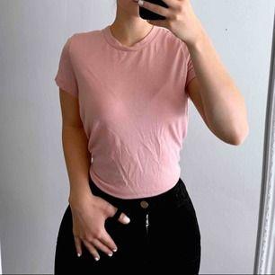 Rosa T-shirt från BikBok storlek xs i bra skick, lite nopprig. Frakt kostar 18kr extra, postar med videobevis/bildbevis. Jag garanterar en snabb pålitlig affär!✨ ✖️Fraktar endast✖️