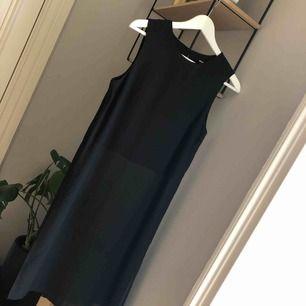 Halvtransparent topp/klänning från bikbok! Använd ca 2-3 ggr. Har en slits i sidorna. Kan fraktas mot betalning ✨