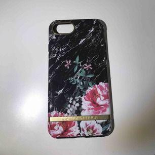 iPhone 6,6s,7,8.  Ett helt oanvänd skal från Richmond & Finch.  Finns inga repor på skalet.  Köpare står för frakten