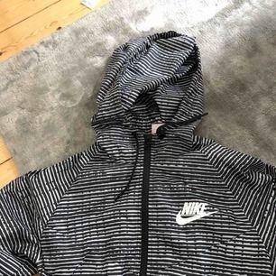 Nike träningsjacka  Kolla gärna mina andra annonser, garderobsrensning! Köparen står för frakten.