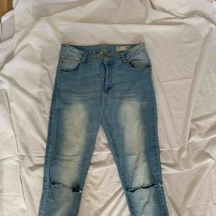 Skinny jeans med hål på båda knäna! Frakt tillkommer