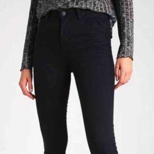 Svarta skinny jeans från Lee, som sitter sjukt snyggt. Använd men fortfarande grym kvalité. Säljer pga av att de inte passar mig längre.. Frakt tillkommer