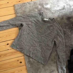 Samsoe samsoe kashmir tröja som har ett litet håll mitt på magen. Syns knappt har sytt ihop det. Storlek  S-XS   Kolla gärna mina andra annonser, garderobsrensning! Köparen står för frakten.