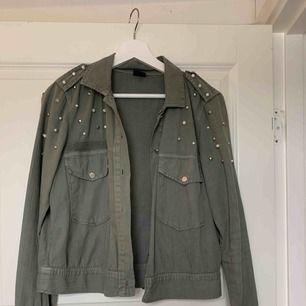 Militärgrön jeans jacka med nitar och pärlor från gina tricot Använd ett fåtal gånger Skriv för mer info och bilder