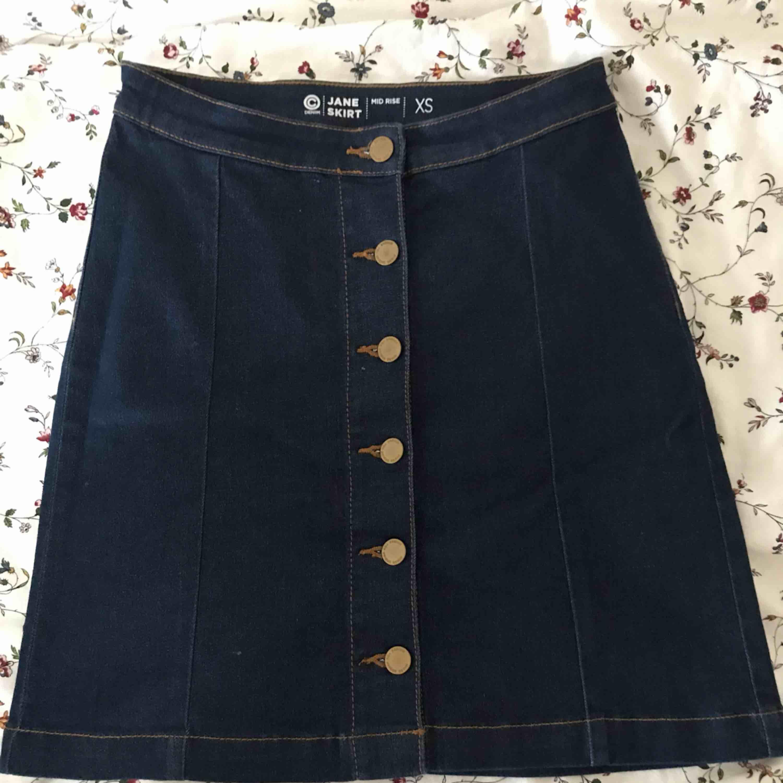 En ny kjol som är för liten på mig Priset inkl frakten. Kjolar.