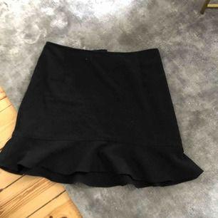 Jättefin kjol från hm. Sitter tight snyggt över rumpan.   Kolla gärna mina andra annonser, garderobsrensning! Köparen står för frakten.