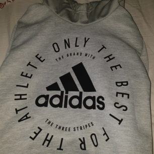 Adidas-hoodie i storlek 164, använd två eller tre gånger 🌸 Bild nummer två är mest där för att visa hur lång den är på (Jag är 1,62)! Den är superfin, men rensas ut på grund av platsbrist 😔