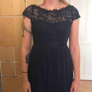 Marinblå klänning som går till knäna ungefär. Använd endast 1 gång på balen! Köpt från Jack & Jones 👗
