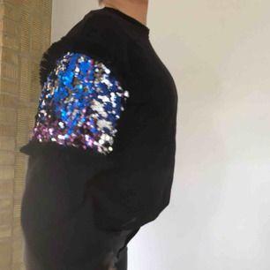 Cool svart sweatshirt från mango🤩 bra skick, skriv gärna om du har frågor💓