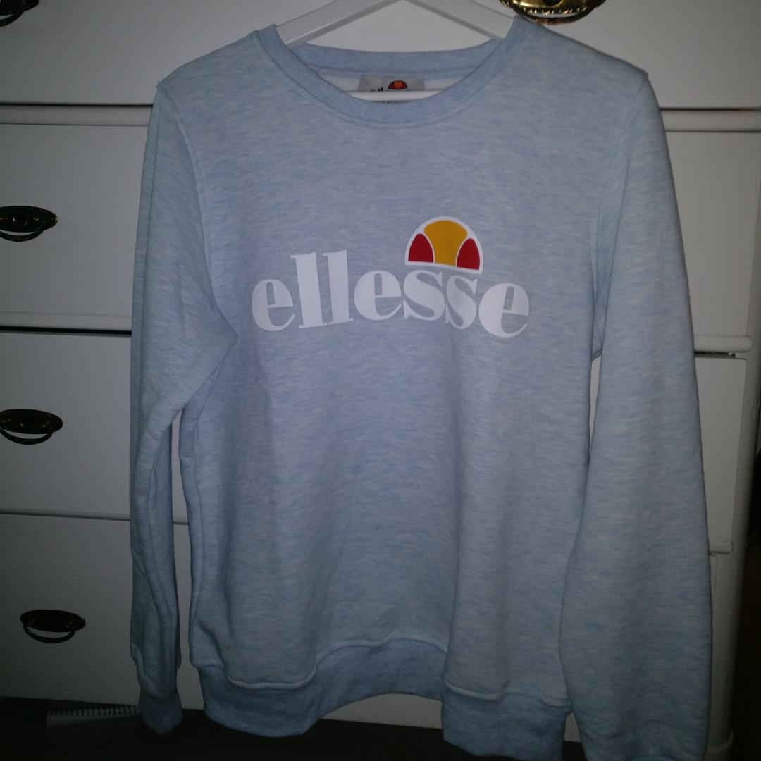 En helt oanvänd tröja från Ellesse ☺️ Jätteskön kvalitet, dock väldigt liten i storleken när det står XL på tröjan :) Pris kan alltid diskuteras och du som köpare står för frakten :) . Huvtröjor & Träningströjor.