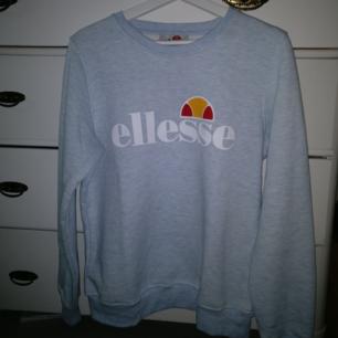 En helt oanvänd tröja från Ellesse ☺️ Jätteskön kvalitet, dock väldigt liten i storleken när det står XL på tröjan :) Pris kan alltid diskuteras och du som köpare står för frakten :)