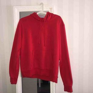super mysig och fin röd hoodie från HM, använd ett fåtal ggr! köparen står för frakt om det behövs!