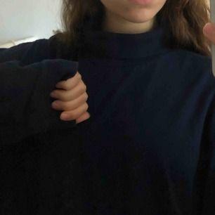 Mysig marinblå tröja som är lite längre och har liten polo krage, köpt på humana. Storleken skulle jag säga passar både en xs till m beroende på man vill att den ska sitta