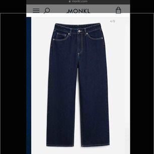 Jättesnygga mörkblå jeans med vita sömmar! Använda 1 gång, dem är lite cropped och sitter jättesnyggt (säljer för att jag har liknande) 🦋🍒 storleken är 24 vilken motsvarar ca 36:)  Köparen står för frakt!