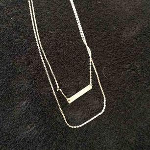 Ett silvrigt halsband från Bikbok.