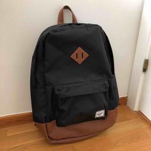 Knappt använd ryggsäck från Heritage i väldigt fint skick. Nypris 750kr. Rymmer 14,5 L. Stort fack med datorfack (13