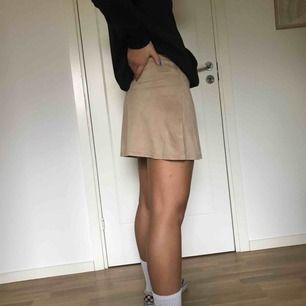 Beige kjol i fakemocka. Då den är för liten för mig är den aldrig använd och därför i superskick. På bilderna visas den på en S. Frakt ingår i priset men kan mötas upp i Karlstad!