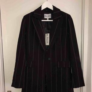 Säljer detta helt oanvända kostymset från NA-KD. Blazer och byxor i storlek 34. Tyvärr inte kommit till användning, som helt nya. Nypris byxor: 499:- och blazer: 699:- säljer hela setet för 700:- prutat och klart!