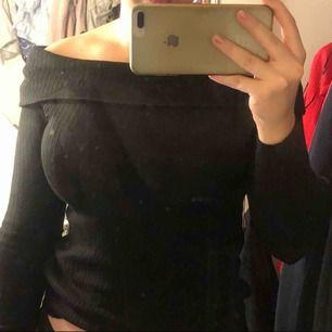 Ribbad svart offshoulder tröja. Passar även S. Strechigt och mjukt tyg. Perfekt nu till hösten. Passar till mycket.