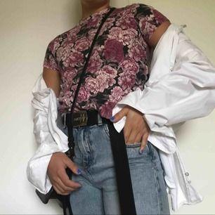 Rosa T-shirt från Stay med rosor, ganska hög i halsen. Välanvänd men bra skick! Visas på en S på bilden! Frakt ingår i priset men kan mötas upp i Karlstad