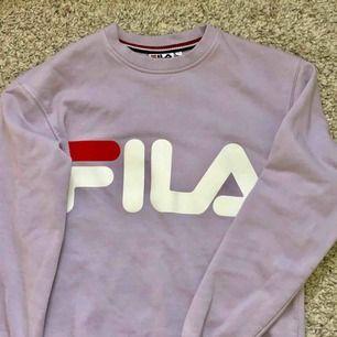 Säljer denna söta tröjan från Fila! Möts upp i Sthlm eller så står köparen för frakt! 🌸