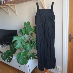 Längre svart klänning i bra skick! 55% linne och 45% bomull.