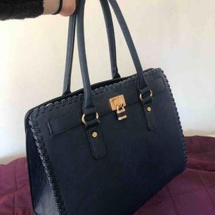 Mörkblå väska från Diabless, köparen står för frakt!