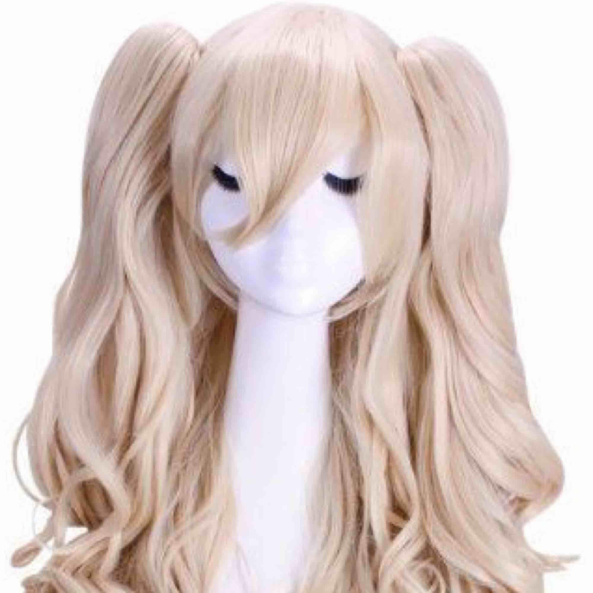 Blond peruk 60cm lång, passar bra till halloween eller cosplay. Blond ponytail wig. Bra skick Ställ följer med om så önskas. Accessoarer.