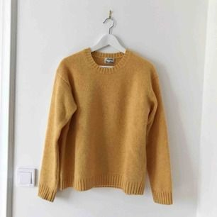 Gul stickad tröja från ACNE, Samara Wool, stl XS men oversize. Helt ny och oanvänd.
