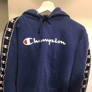 Fin champion hoodie, sparsamt använd, superbra skick!! Köparen står för frakten :)💘