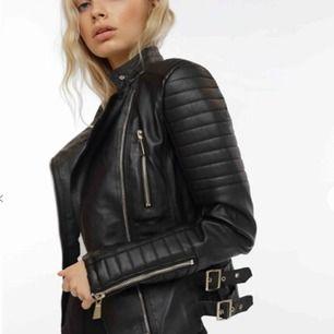 """Skinnjacka från Chiquelle. """"Moto jacket black"""". Obs! Liten i storleken, skulle säg att den sitter som en 38."""