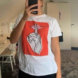 T-shirt med tryck från Asos. Lite längre i modellen.