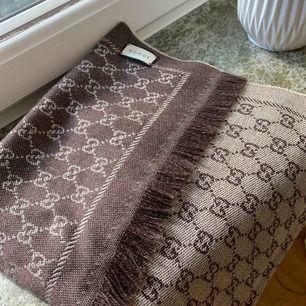 Gucci halsduk/sjal som ny. Endast använd ett fåtal gånger. Nypris 2600kr.