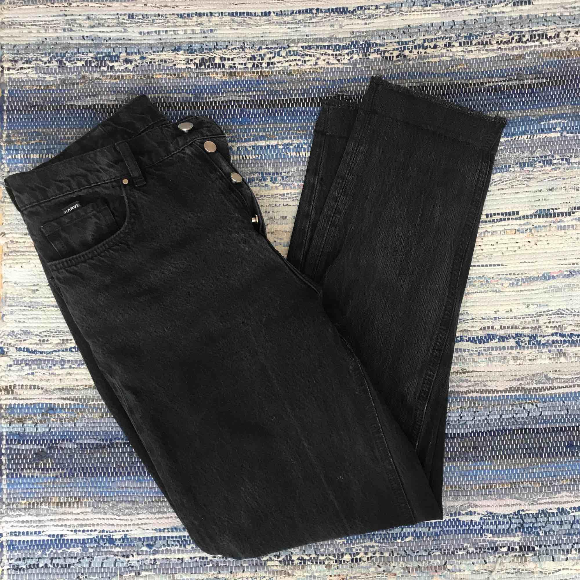 Svarta Karve-jeans, sitter typ som mom-jeans och är supermjuka! I storlek M men har töjts ganska mycket så är en ganska stor medium. Lappen bak inuti byxan är lös, skriv för bild, men det är inget som syns     utåt!   Kan mötas upp i Nyköping eller frakta. Jeans & Byxor.