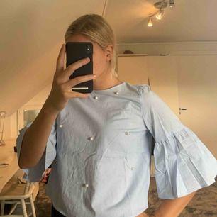 Blus från Zara med pärl-detaljer framtill. Normal passform
