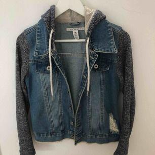 """Jeansjacka från Nelly med insydd """"hoodie"""". Säljer då den inte är min stil.  Frakt tillkommer, annars kan jag mötas upp i Helsingborg."""